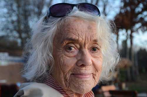 Portrait von Dr. med. Jutta Mauermann. Mit 85 Jahren sieht sie immer noch gesund aus, weil sie regelmäßig entgiftet