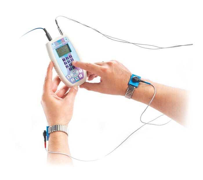 Zwei Hände halten den Diamond Shield professional und ein Finger tippt auf das Zahlenfeld. Mit diesem kompakten Frequenzgenerator kann man Frequenzen von 0,1Hertz bis 2,5MegaHertz erzeugen
