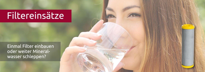 Filtereinsätze mit Aktivkohlefilter ABF duplex gelb - Frau trinkt aus Wasserglas