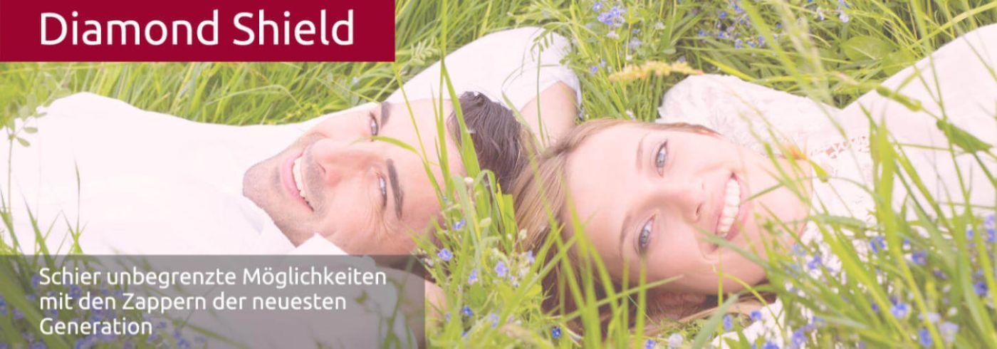 Ein glückliches Paar liegt im Gras und lacht