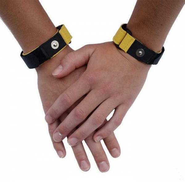 Vorschau: Zwei Hände, an deren Handgelenken gelb-schwarze Handgelenkbänder befestigt sind