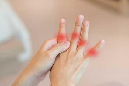 eine Hand mit Entzuendungen an Hand-und Fingergelenke