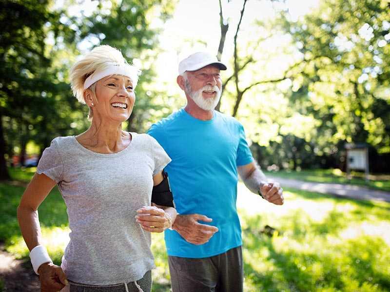Älteres Paar beim Jogging im Park
