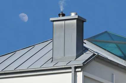 Man sieht ein modernes Zink-Dach und im Hintergrund den Mond