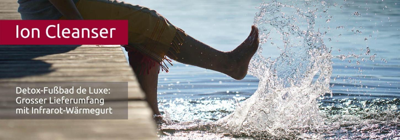 Füße plantschen im Wasser, das in der Sonne glitzert