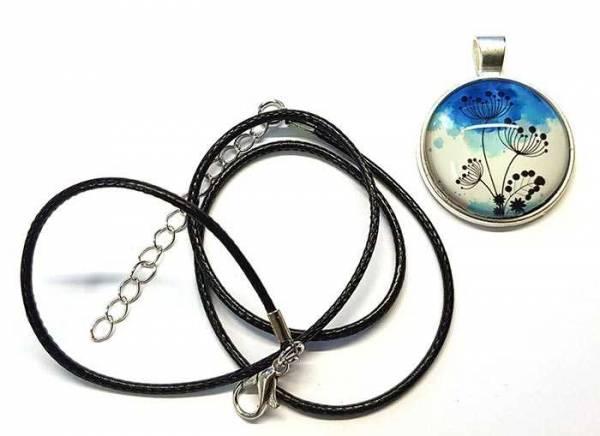Vorschau: Sie bekommen das E-Blocker Amulett inklusive Lederband und versilberten Beschlägen