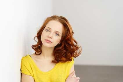 Hübsche Frau mit fragendem, kritischem Gesicht