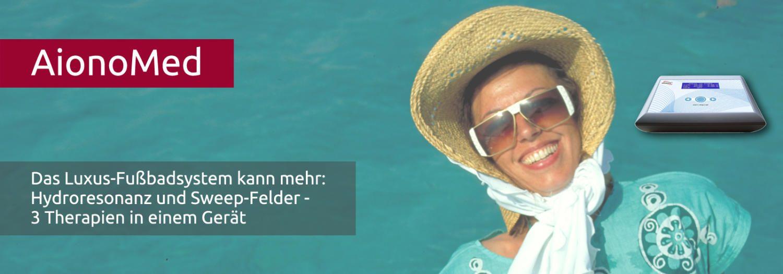 Junge Frau mit Strohhut und Sonnenbrille lacht vor blauem Hintergrund