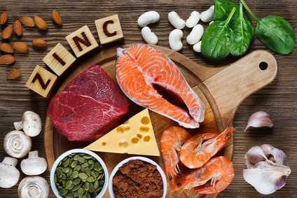 Zinkhaltige Lebensmittel wie Rindfleisch, Garnelen, Emmentaler und Hülsenfrüchte
