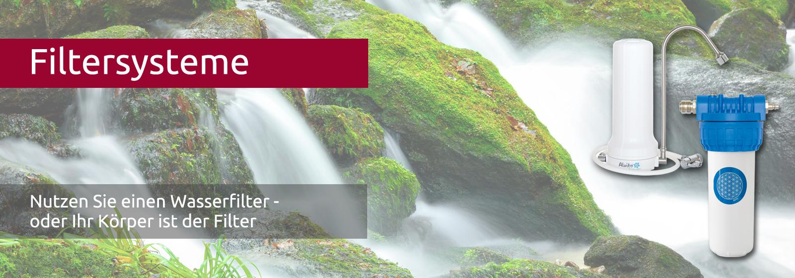 Das Wasser eines Baches stürzt über bemooste Steine herab