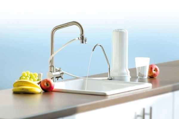 Vorschau: Kunststoff Filtergehäuse, Silikon-Anschlussschlauch - steht neben Wasserhahn