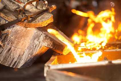 Aus einem Holztopf wird flüssiges Gold in eine Form gegossen. Monoatomisches Gold kann die spirituelle Entwicklung fördern