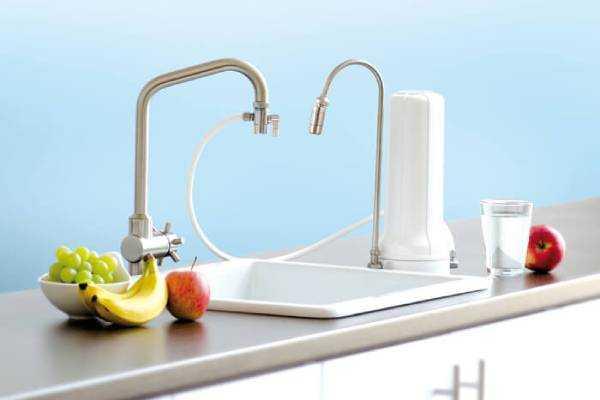 Spülenbereich in der Küche mit separatem Auftischfilter, der einen eigenen Wasserhahn hat
