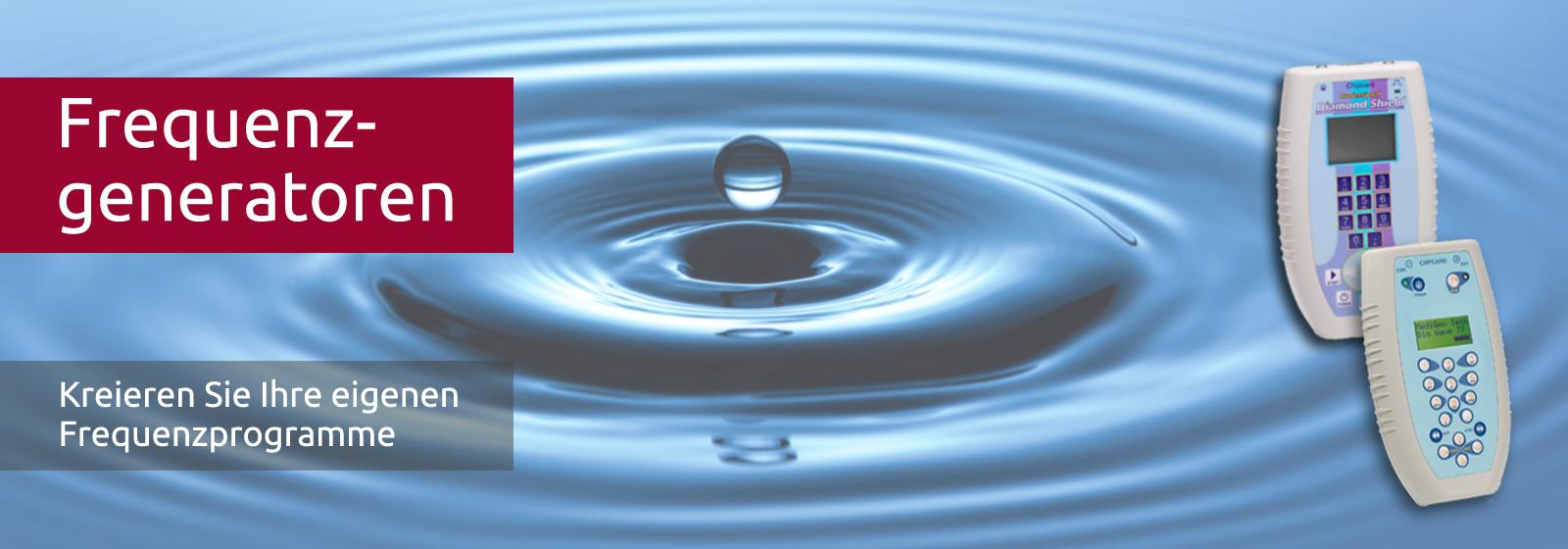 Ein Tropfen fällt ins Wasser und erzeugt kreisförmige Wellen