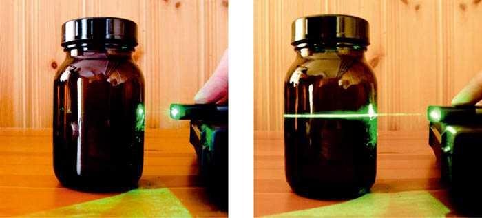 Ein grüner Laserstrahl wird auch ein braunes Glas gerichtet - auf dem rechten Foto zieht sich ein grüner Strich durch die Flüssigkeit